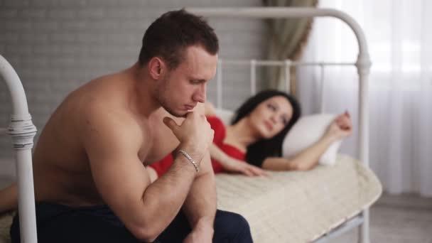 Verärgerter Mann hat Probleme, mit Freundin im Bett zu sitzen