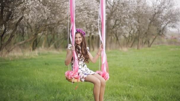 kleines Mädchen auf der Schaukel, kleines Mädchen am Park, niedliche kleine Mädchen, kleines Mädchen