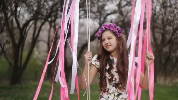 kislány a swing, a kis lány aranyos kislány, kislány, park