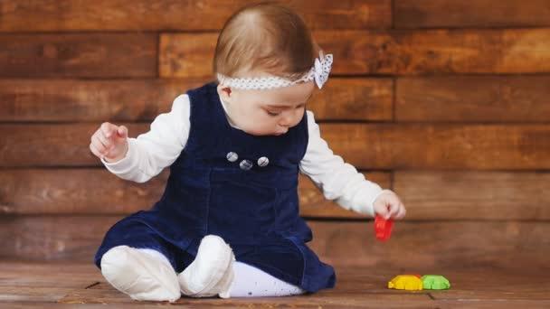 kleines Mädchen spielt mit farbigen Spielzeugen