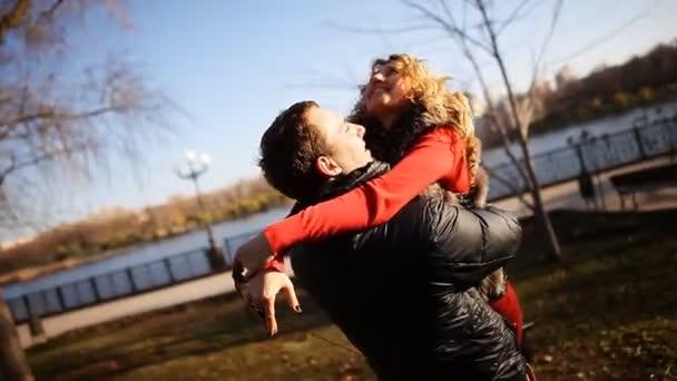 Pár se baví v parku. mladík a dívka procházky v parku