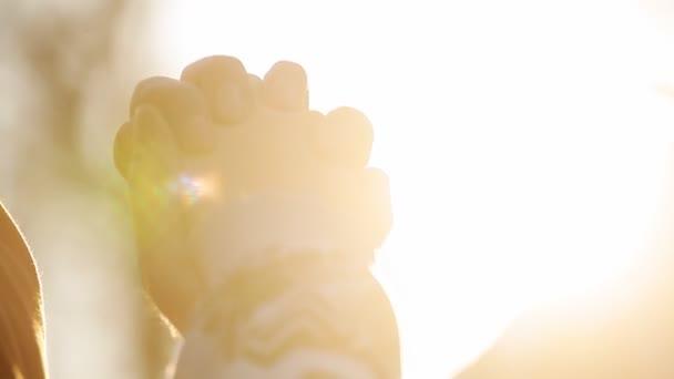 Palm při západu slunce na městských, ruce mužů a žen, rodina