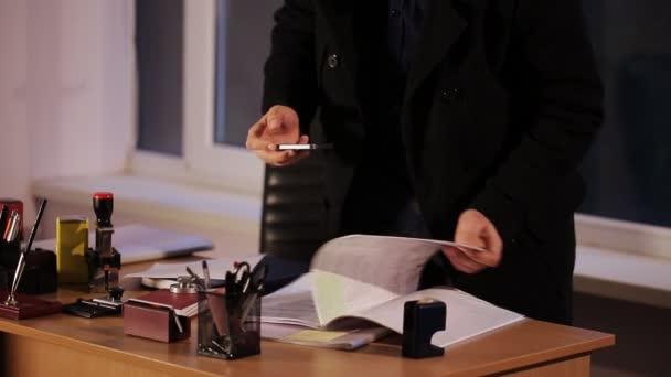 zloděj krade důvěrné soubory v kanceláři
