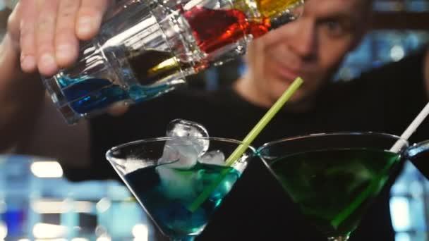Barmann-Show. Barkeeper schenkt alkoholische Cocktails ein