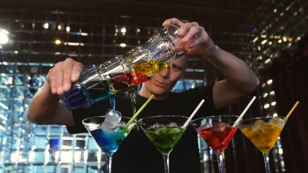junger Mann arbeitet als Barkeeper in einer Nachtclub-Bar
