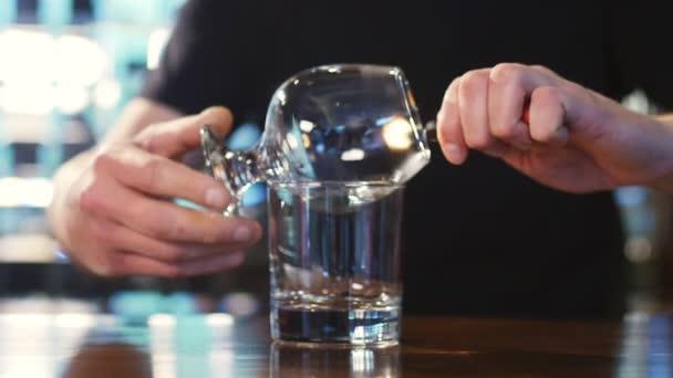 Barkeeper verbrennt Sambuca an der Bar. spektakuläre Sambuca-Küche an der Bar