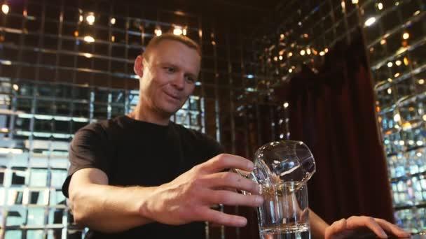 Profi-Barkeeper bereitet Sambuca an der Bar zu