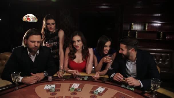 Elegantní muž a žena, hazardních her v kasinu. přátel hrát blackjack