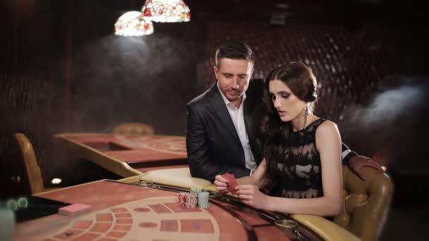 kluk a holka se sázky na blackjack v kasinu