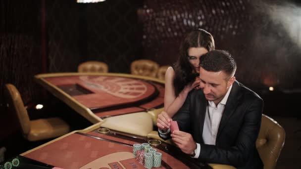 Pár je velkou sázku v blackjacku v kasinu
