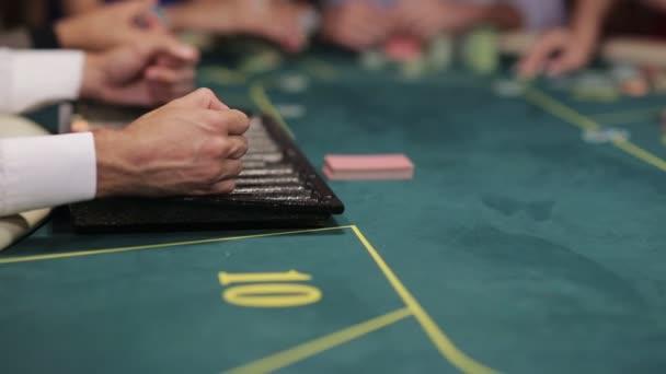 Společnost hráčů u pokerového stolu. Prodejce nabídky hráči karty