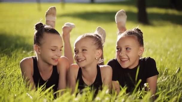 fröhliche Teenager-Freunde haben Spaß im Frühlingspark