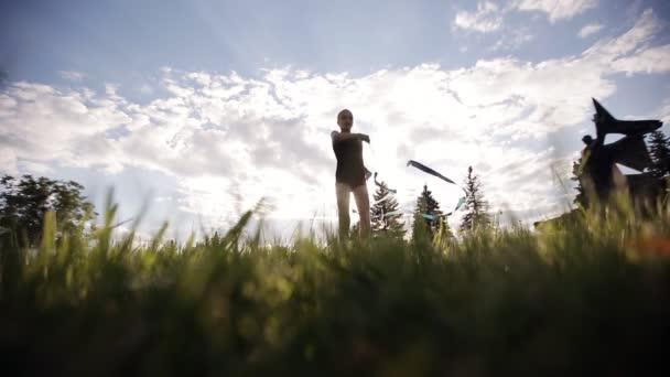 Tanz junge Turnerin mit Schleife auf Sonnenuntergang Himmel Hintergrund. Rhythmische Sportgymnastik.