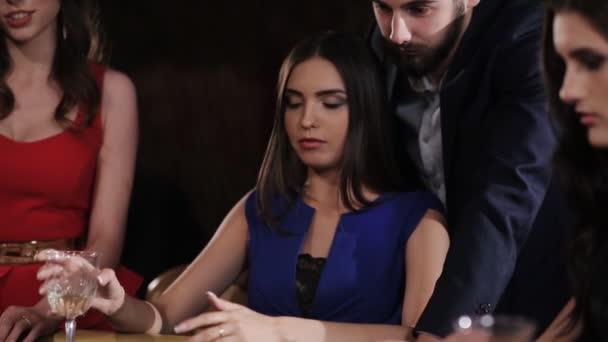 Krásná dívka v modrých šatech mrzí prohra v blackjacku