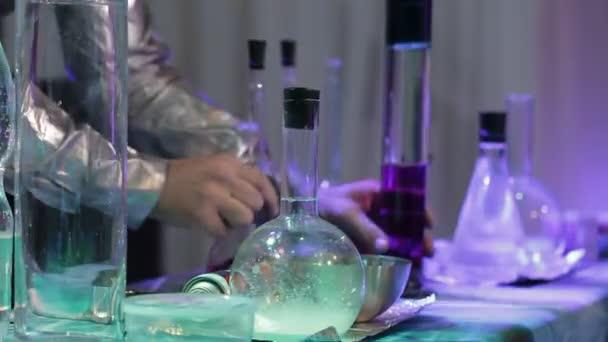 laboratori di ricerca chimica. Boccette con liquido
