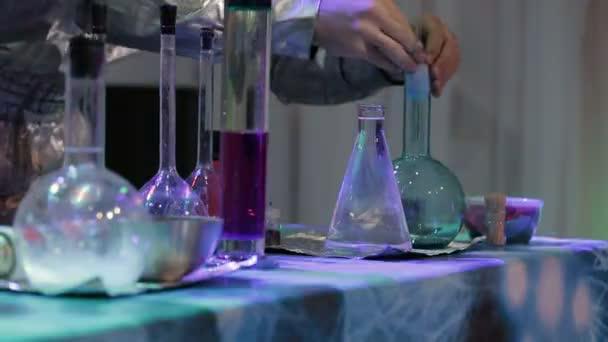 Scienziato conducendo una ricerca di laboratorio chimico