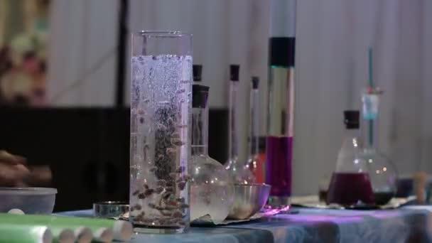 trucchi di chimiche in un laboratorio segreto