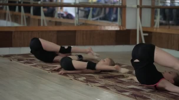 Fiatal lány képzett az edzőteremben. A ritmikus gimnasztika gyakorlatok