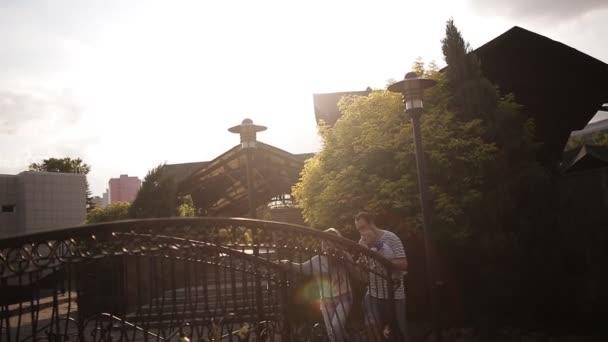 junge Eltern mit Kleinkind spazieren bei Sonnenuntergang im Park