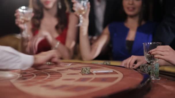 Krásná dívka v modrých šatech se těší výhra v blackjacku