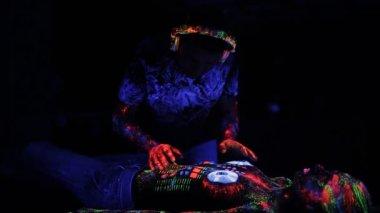 Bodyart auf den körper eines mädchens in form von einem electrochip