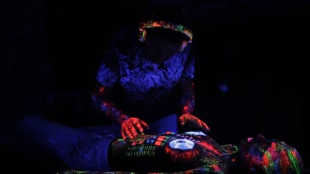 DJ prvky, malované s fluorescenčním prášku na těle nahé dívky, paluby