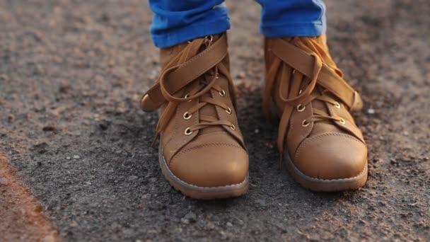 Dospívající v hnědé boty