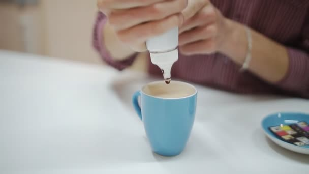 Vaření a kávový koktejl v modré cup
