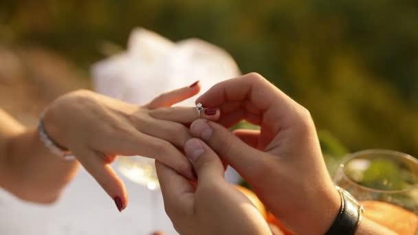 Chlap nosí prsten na prst holka