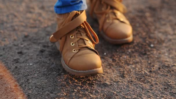Teenager in stivali marroni