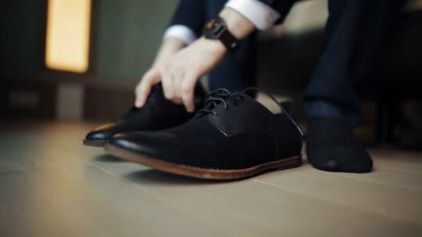 Muž vázání tkaničky černé boty