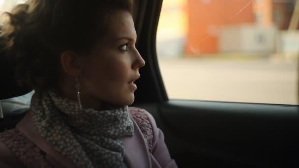 ragazza cavalca in un taxi e guardando fuori dalla finestra