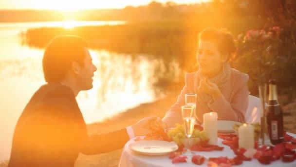 Paar genießt Glas Champagner am Strand