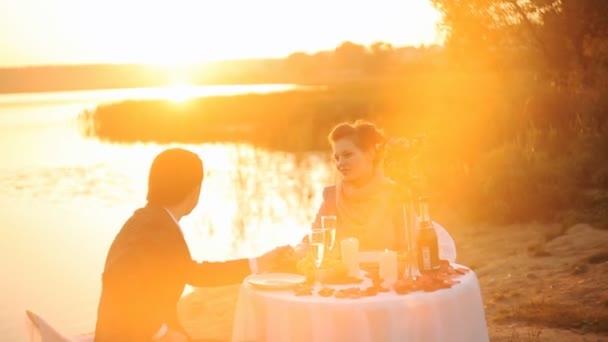 Romantisches Paar genießt Glas Champagner bei Sonnenuntergang