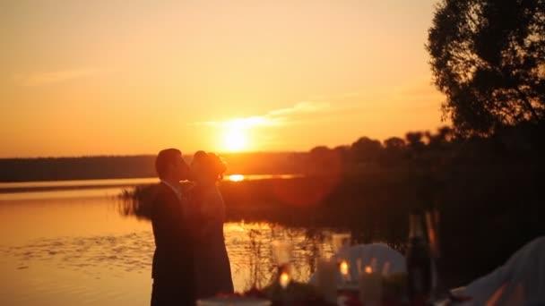 eine verliebte Paar küssen bei Sonnenuntergang