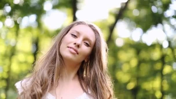 красивая девушка в белом видео
