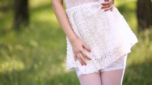 szexi lány fehér ruhában szabadban