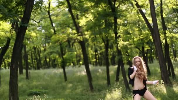 szexi lány táncol az erdő fekete nadrág