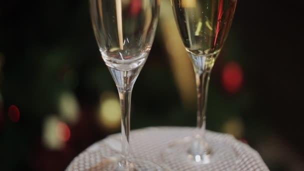 Dvě skleničky na rozostřeného pozadí obývací pokoj s vánoční stromeček