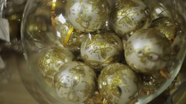 Zlatý vánoční koule v průhledné vázy