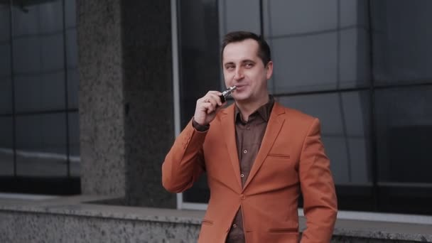 portrét veselého člověka kouření s e cigaretou venkovní