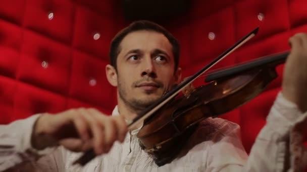 Elegáns érzelmi ember Hegedűs Hegedűs hegedül, piros háttér