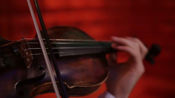 detail housle hraje hudebník