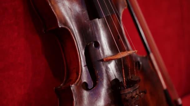 Geige auf dem schönen roten Hintergrund.