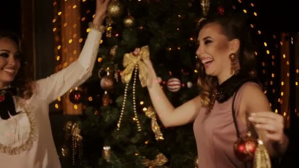 Zwei charmante Mädchen verkleiden sich Weihnachtsbaum