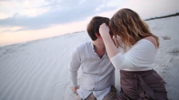 fiatal pár a strandon