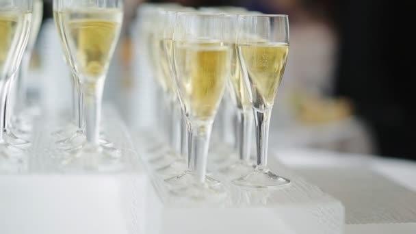 Anzahl der mit Champagner gefüllten Weingläser