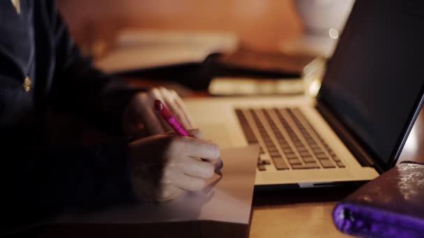 podnikání žena pracující v notebooku večer