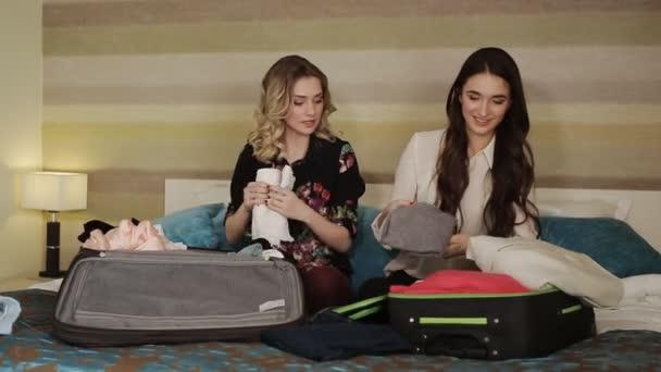 přítelkyně shromažďovat věci do kufrů na dovolené