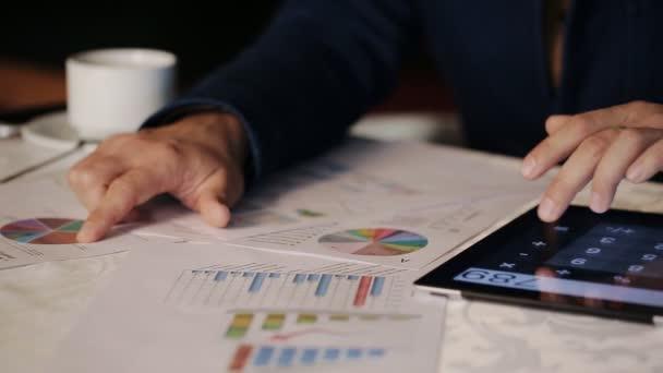 Práce finančního poradce pracovní whis grafiku a grafy v kavárně